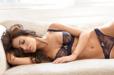 Диана Моралес - красивая девушка для журнала Frederick's