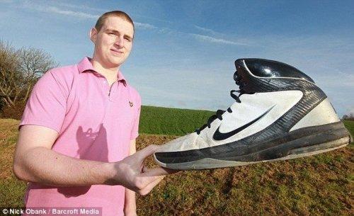 19-летний британец носит обувь 63-го размера