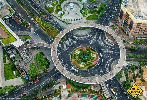 Необычный пешеходный мост в Шанхае