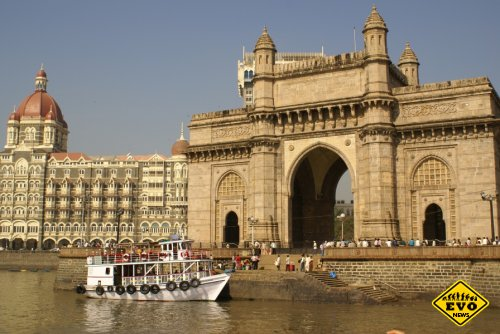 Март, Индия, Мумбаи - святая вода стекает с ног Иисуса