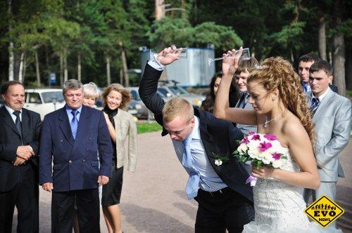 Почему на свадьбе молодые бьют бокалы и говорят