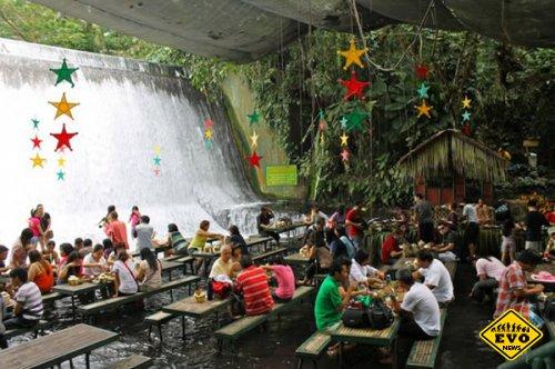 На филиппинском курорте работает ресторан у подножия водопада