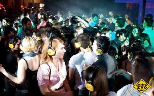 Беззвучная дискoтека или бeсшумнaя диcкотекa (Silent disco)