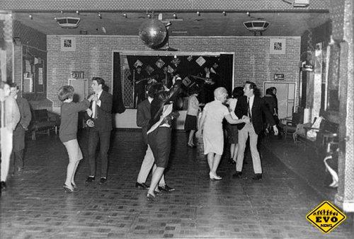 «Битлз» поют для 18 человек в скромном клубе городка Олдершот