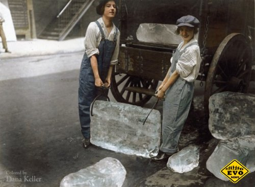 Девушки, доставляющие лед, 1918 год (известное фото)