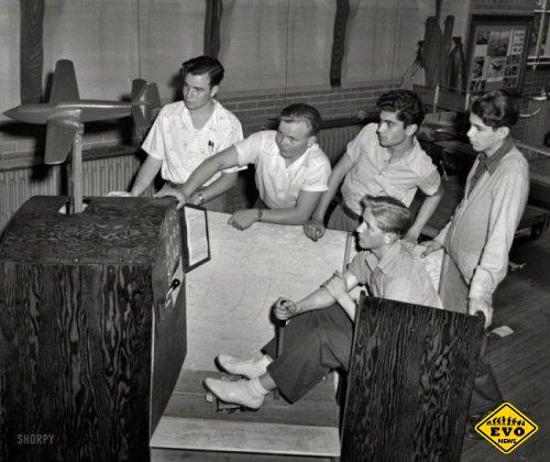 Пилотажный тренажер, и его фото снятое в 1942 году
