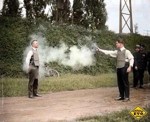 Мерфи тестирует бронежилет, 1923 год (фото)