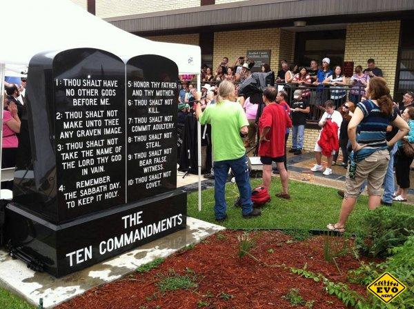 В США установлен первый памятник атеизму