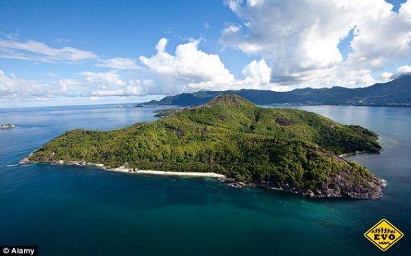 Британец, 50 лет назад купивший остров, продолжает жить на нём припеваючи